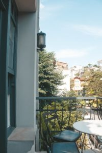 Ogród na balkonie? To możliwe! – hodowla kwiatów w skrzynkach balkonowych